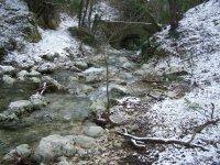 Un corso d'acqua innevato