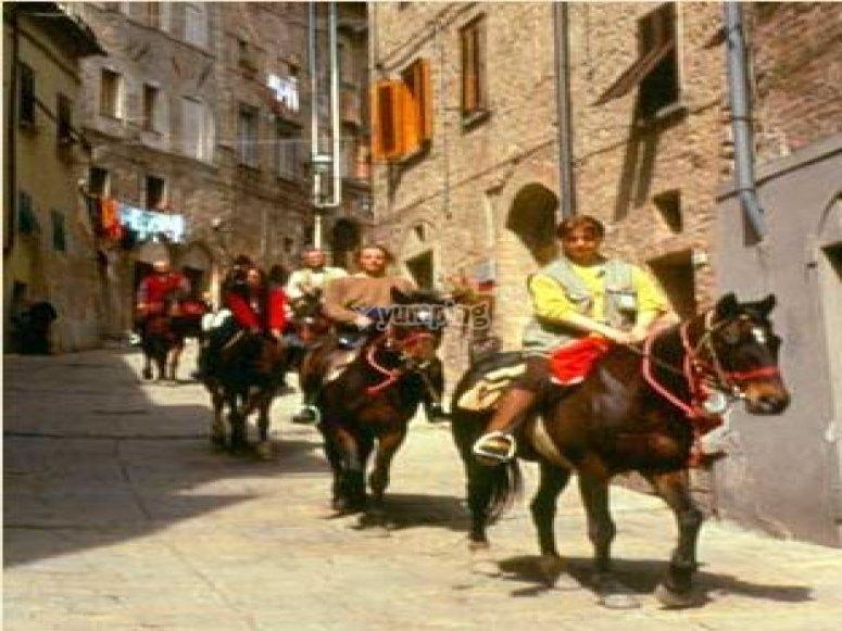 Cavalieri in paese