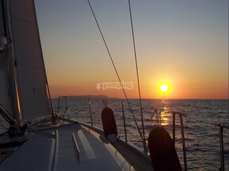 in barca a vela altramonto