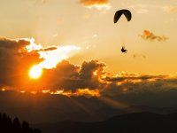 Parapendio al tramonto