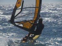 In mare con il windsurf