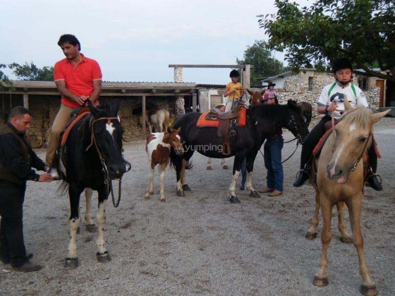 Escursione a cavallo con bambini in un percorso guidato sui colli Montena