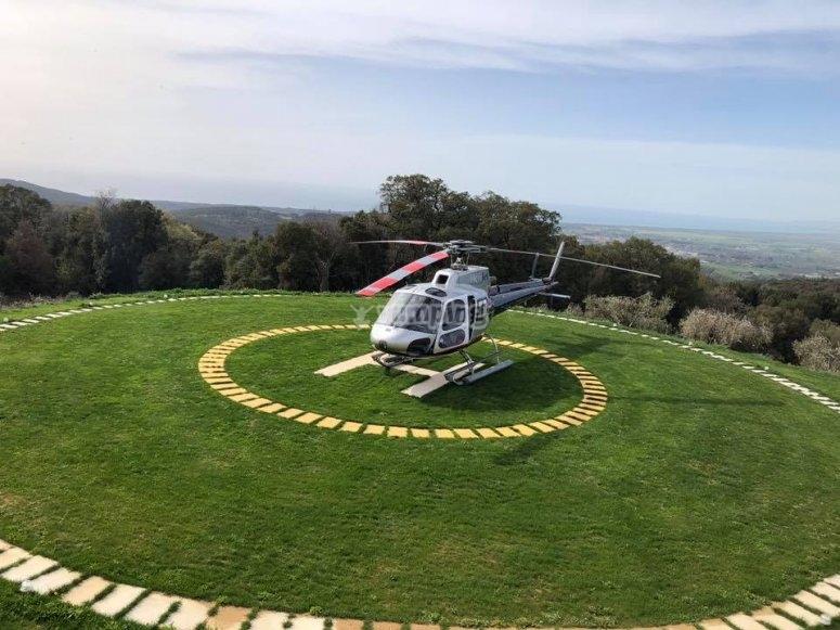 L'elicottero parcheggiato sulla base
