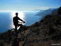 Ammirare il mare in Mountain Bike