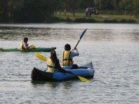 Kayak su lago calmo