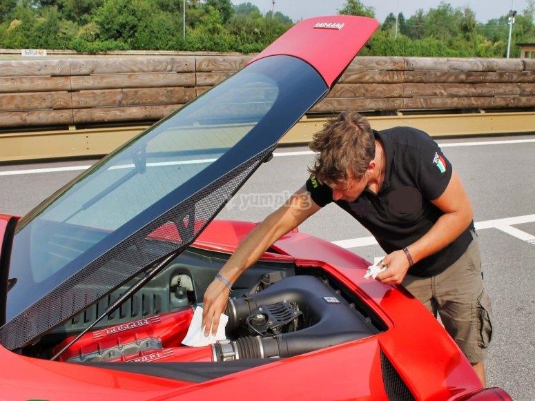 Preparando la Ferrari prima della corsa