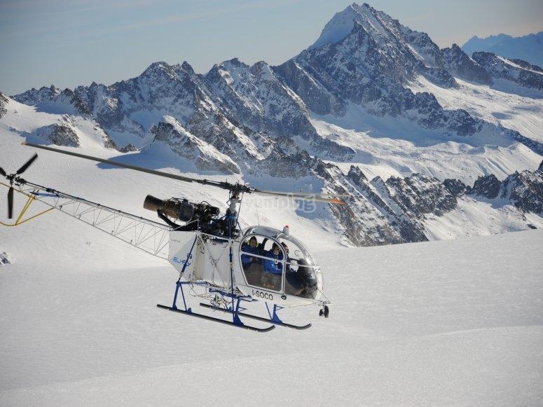 in elicottero sulla neve del monte Bianco