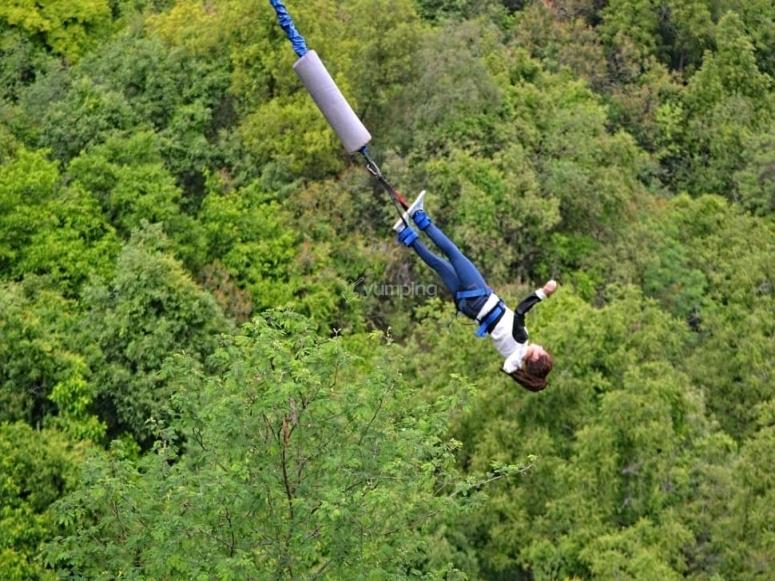 bungee jumping nella natura