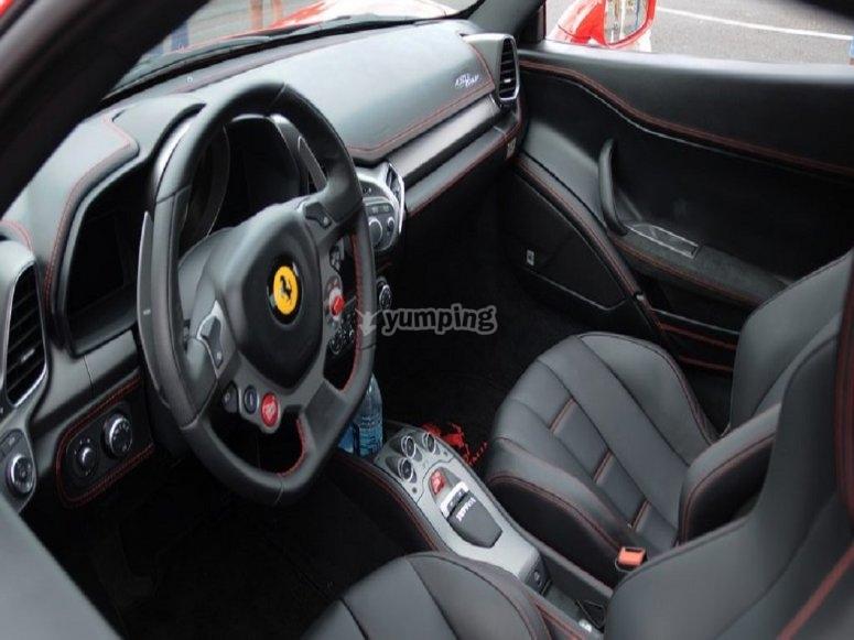 Interni della Ferrari 458