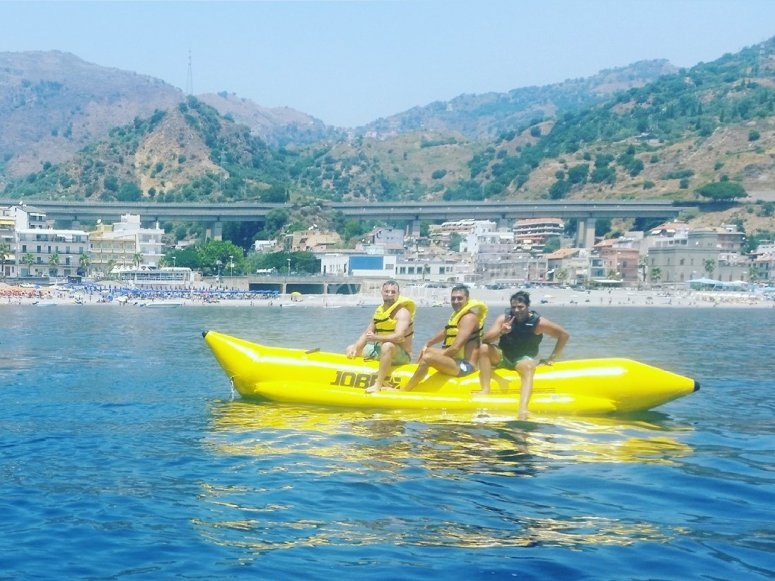 in banana boat con gli amici