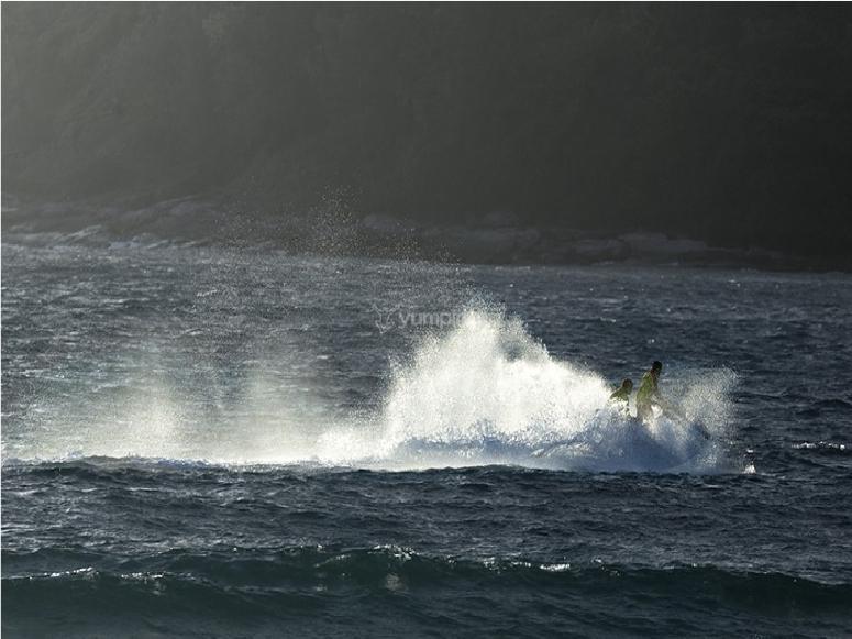 sfreccia tra le onde del mare