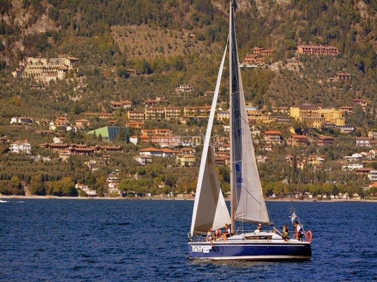 Una barca a vela sul lago tranquillo
