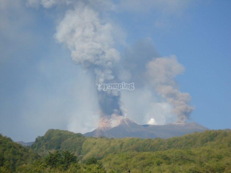 Fumo uscendo dal vulcano