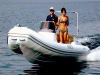 In mare con il gommone