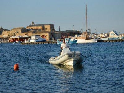 Noleggio imbarcazione senza patente Pachino 10ore