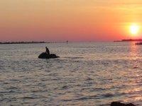 moto d'acqua al tramonto