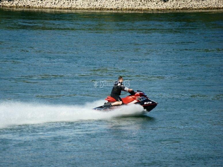 Uomo in moto d'acqua