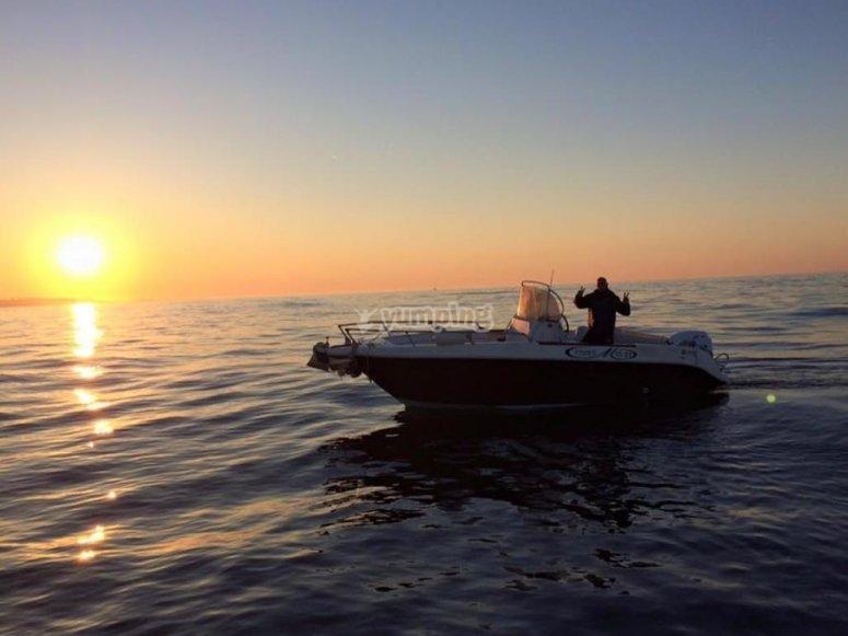 en bateau au coucher du soleil