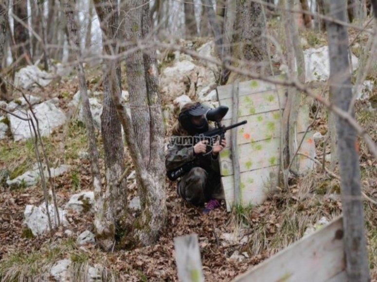 un soldato all'attacco