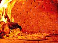 la pizza nel forno a legna
