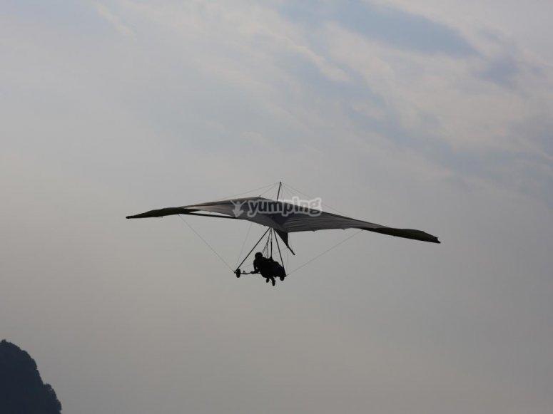 in deltaplano nel cielo