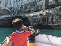 bimbi curiosi in barca