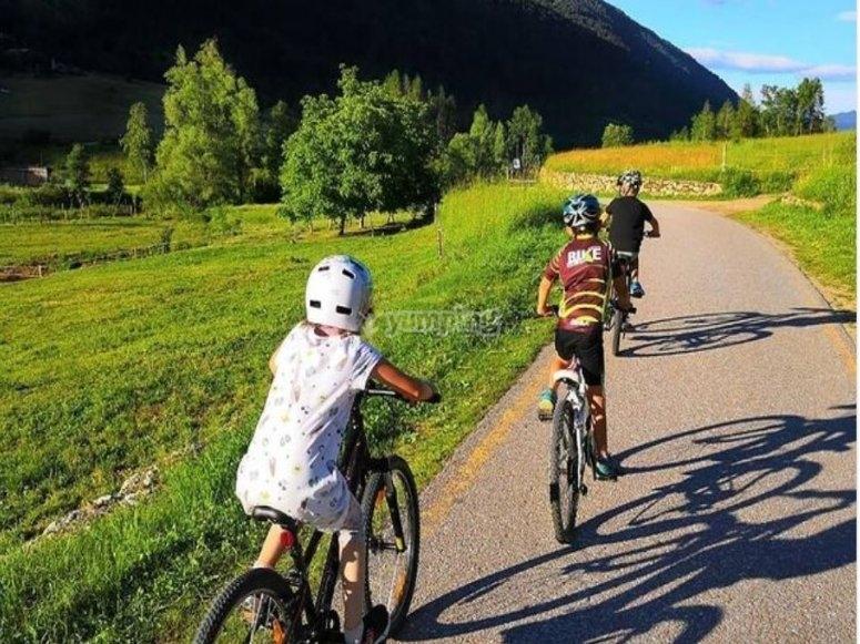 Piccoli ciclisti durante il percorso