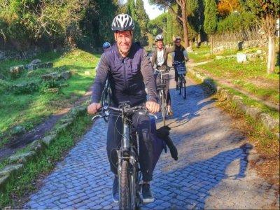 Tour in e-bike sull'Appia Antica + pranzo di 8 ore