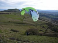 In volo sulle verdi colline della Sardegna.