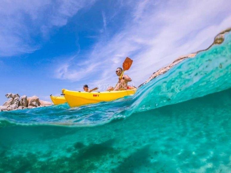 in kayak nel golfo cristallino della Sardegna