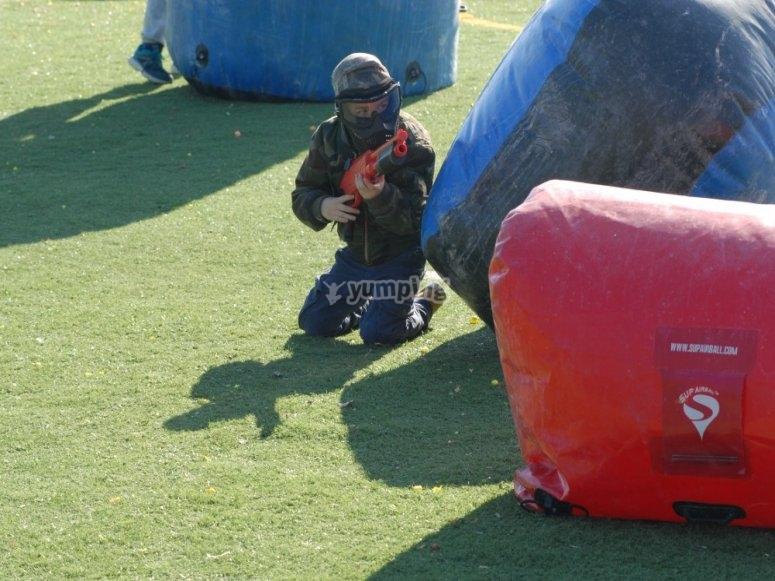 Combattendo sul campo di paintball