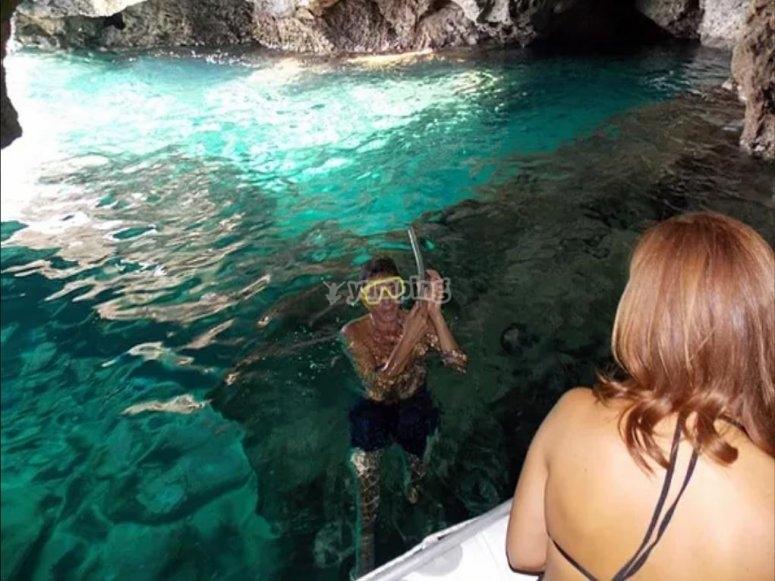 Snorkeling in acque cristalline