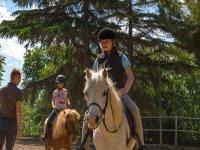 Una bambina con il suo cavallo