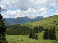 L'armonica alternanza di boschi e prati della Val Gardena