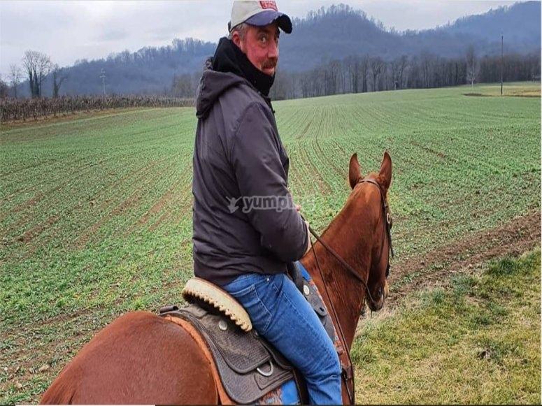 A cavallo in mezzo alla natura