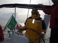 Un allievo al timone della barca