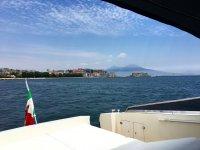 Col Vesuvio come sfondo