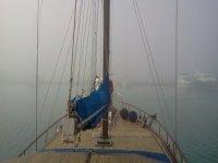 Solcando la nebbia del mattino