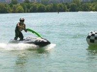 Divertimento sulla moto acquatica