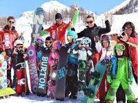 Giovani amici con lo snowboard