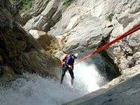 Calando nell'acqua con la corda
