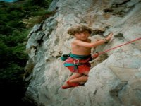 Un bimbo si cimenta sulla roccia