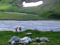 Costeggiando un rio di montagna
