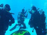 Ecco un istruttore sott'acqua