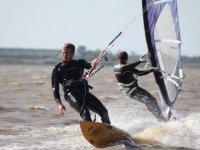 Praticando kitesurf