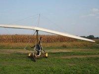 Volare in deltaplano a motore