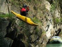 Attraversando il corso del fiume