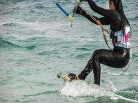 Solcando le onde sul kitesurf