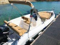 una barca per scoprire la costa