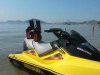 Moto d'acqua con il flyboard
